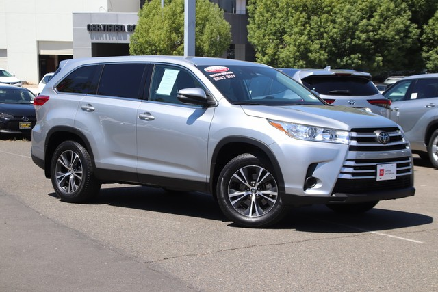 Certified Pre-Owned 2019 Toyota Highlander AWD LE V6 * THIRD ROW SEAT, REAR SPOILER, ALLOY WHEELS, TOYOTA CERTIFIED FACTORY WARRANTY, STILL COVERED UNDER THE NEW CAR FACTORY WARRANTY, BLUETOOTH HANDS FREE TECHNOLOGY